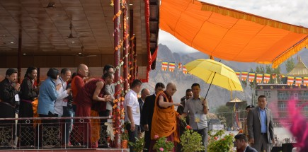 dalai-lama-waving-to-the-crowd