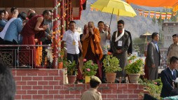 his-holiness-bowing-to-the-crowd