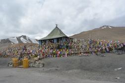 lots-of-prayers-and-prayer-flags-at-taglangla