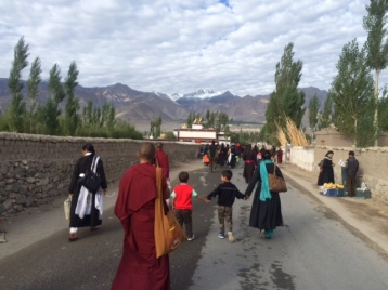 people-walking-towards-the-meeting